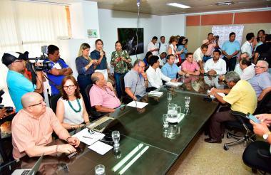 El alcalde Augusto Ramírez, al fondo, presidió la reunión de evaluación.