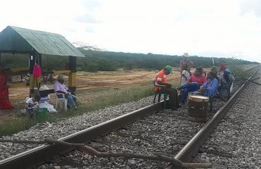 Indígenas se sentaron en la línea férrea y la bloquearon.