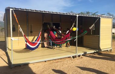 Coloridos chinchorros cuelgan en la entrada de una de las viviendas indígenas.