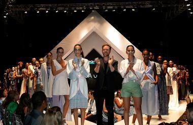 Invitado de México, Pineda Covalin al lado de las modelos que llevaron sus diseños.