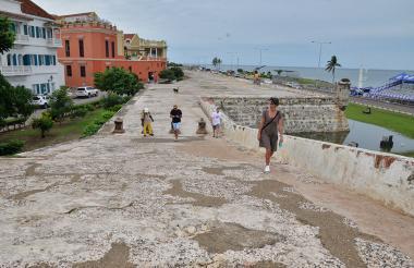 Los turistas son asiduos visitantes de las murallas de Cartagena. A muchos les atrae la vista de la ciudad desde allí.