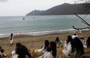 Indígenas en la playa junto a la Sierra Nevada.