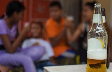 Adolescentes encuestados dicen que aprovechan las fiestas familiares para ingerir bebidas embriagantes.