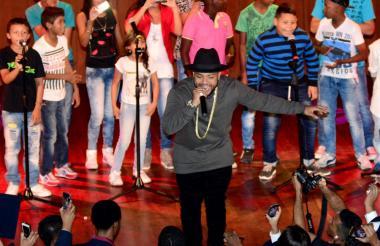 El cantante Kevin Flórez, en una de sus presentaciones junto a jóvenes.
