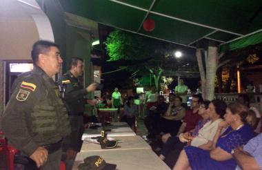 La reunión entre vecinos y la Policía se efectuó en una pizzería del barrio.