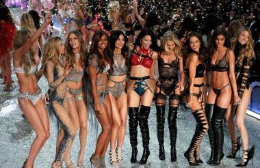 Modelos se presentan durante el desfile de moda de Victoria's Secret 2016 hoy, 30 de noviembre, en Gran Palacio en París (Francia).