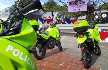 En la plaza Alfonso López, el alcalde Ramírez entregó las 27 motocicletas.