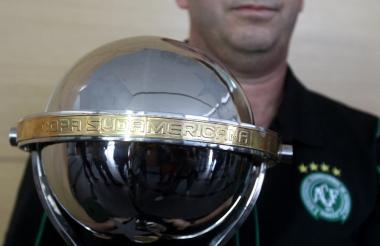 El Santa Fe obsequió al Chapecoense una réplica de la Copa Sudamericana.