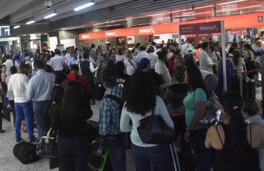 Pasajeros esperan para abordar sus respectivos vuelos en el Aeropuerto Internacional Ernesto Cortissoz.