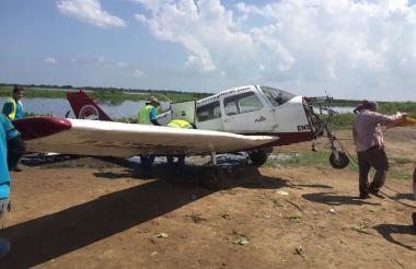 Luego de sacarla a tierra, mecánicos de Protécnica retiraron el motor de la aeronave ubicado en su 'nariz' para restarle peso y facilitar su traslado.