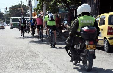 Turistas en bicicleta por las calles de Cartagena