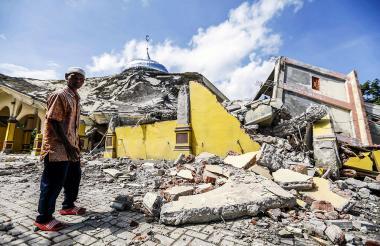 Un ciudadano indonesio inspecciona una mezquita destruída tras el terremoto de 6,5 grados.