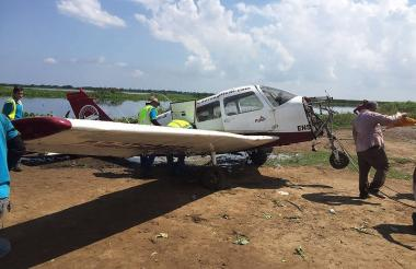 Luego de sacarla a tierra, mecánicos de Protécnica retiraron el motor de la aeronave, ubicado en su 'nariz', para restarle peso y facilitar su traslado.