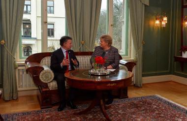 Santos durante una reunión en Oslo con la primera ministra noruega, Erna Solberg.