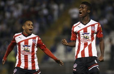 Héctor Quiñones anotó dos goles en su primer ciclo con Junior, uno de ellos en la Copa Libertadores. En la foto lo celebra con Vladimir Hernández.