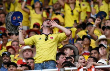 Un aficionado grita desde una tribuna del estadio Metropolitano Roberto Meléndez.