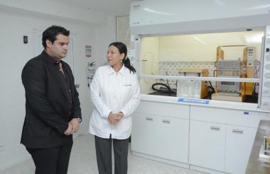 Alberto Acosta, rector de Unimetro, y Luz Adriana Sarmiento, doctora en Tecnología de Alimentos.