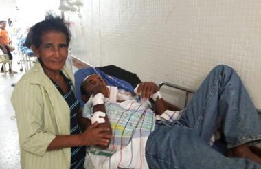 Diosina acompaña en el hospital a su hermano Manuel.