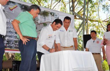 Momentos en que son firmados los dos convenios en Corozal.
