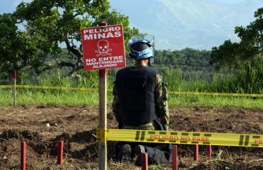 Un soldado recibe entrenamiento en Tolemaida en la desactivación de minas.