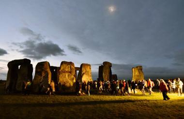 Centenares de personas se congregan en el conjunto megalítico de Stonehenge, situado en el suroeste de Inglaterra, Reino Unido, para celebrar el solsticio de invierno.