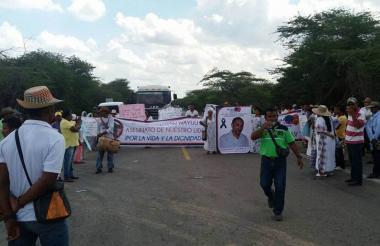 La protesta en la vía entre Maicao y Riohacha.