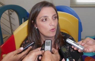 La secretaria de Educación, Karen Abudine.