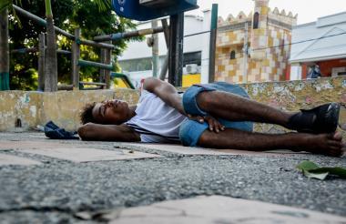 Oswaldo Manuel Pájaro Rivera, de 18 años, durmiendo en un rincón del parque.