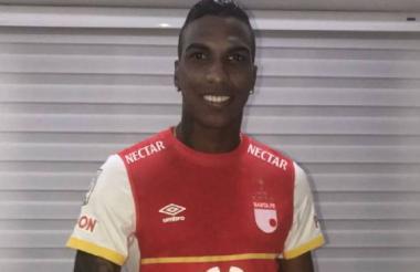 Johan Arango luciendo la camiseta de Independiente Santa Fe, su nuevo equipo.