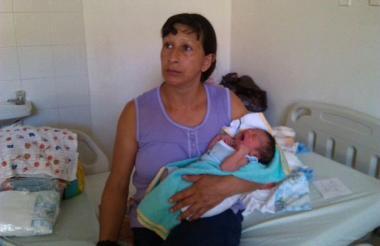 Esperanza Medina con su hija recién nacida Sara Sofía.