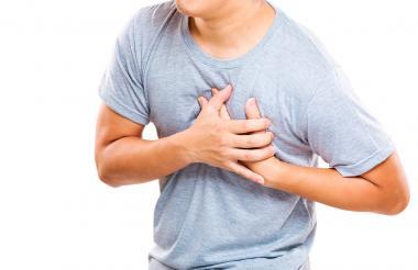 El dolor en el pecho es la primera manifestación de un infarto, aunque no siempre se presenta.