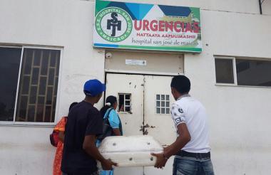 Familiares del menor fallecido en La Guajira cargando su ataúd afuera del hospital.