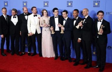 Parte del equipo que participó en 'La la Land' con las estatuillas de los Globos de Oro 2017.