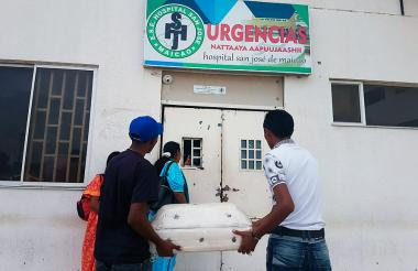 Familiares del menor fallecido con cajón en mano frente al hospital San José.