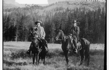"""Fotografía de 1913 que muestra al legendario """"Buffalo Bill"""", izquierda, jjunto al príncipe Alberto I de Mónaco, durante una cacería cerca de Cody, Wyoming."""