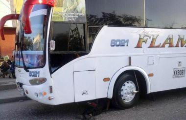 Debajo de este bus de la empresa Flamingo murió José Manuel Mercado Cera.