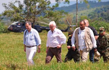 El ministro de Asuntos Exteriores de Alemania, Frank-Walter Steinmeier en compañía del Alto Comisionado para la Paz de Colombia, Sergio Jaramillo.