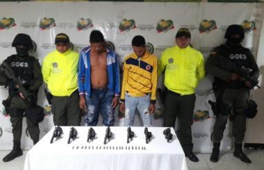 Los dos capturados fueron conducidos a la URI de la Fiscalía, al igual que los siete revólveres.