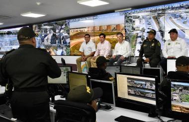 El presidente Santos durante la presentación de los nuevos equipos de seguridad. Lo acompaña el ministro del Interior Juan Fernando Cristo, y autoridades de Cartagena y Bolívar.