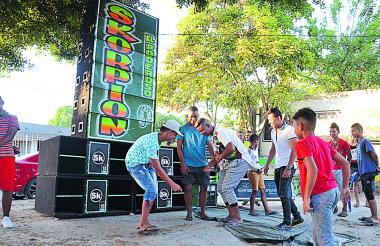 Jóvenes llegaron a bailar junto al picó Skorpion para celebrar la noticia.
