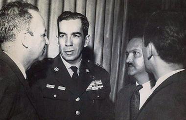 Alberto Ruiz Novoa rodeado en una reunión.