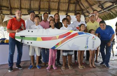 El gobernador Verano junto al presidente de Findeter, Luis Fernando Arboleda, y los niños de la escuela.