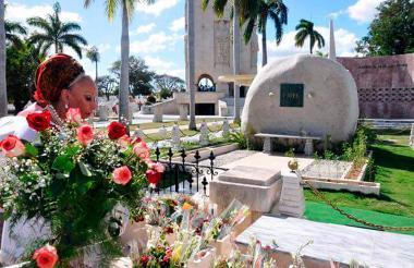 Una de las imágenes que Piedad Córdoba publicó este domingo en su cuenta de Twitter en la que aparece ante la tumba de Fidel Castro.
