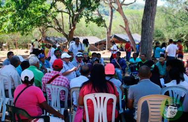 Líderes sociales y cívicos reunidos en el punto de preagrupamiento del Bloque Martín Caballero de las Farc.
