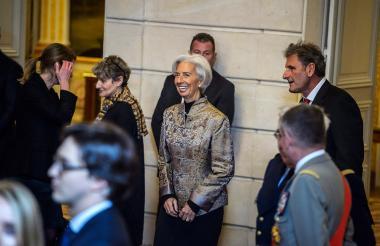La directora del Fondo Monetario Internacional (FMI), Christine Lagarde (C),  ayer en un acto oficial en París.