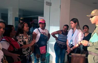 Las madres en dialogo con la delegada de la Defensoría del Pueblo de Santa Maerta.