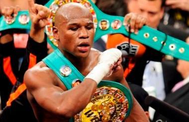 Floyd Mayweather con su cinturón de campeón.