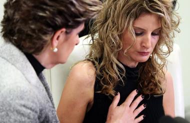 Summer Zervos durante la rueda de prensa que ofreció este martes. La acompaña su abogada Gloria Allred.
