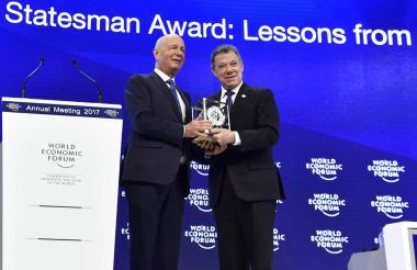 El presidente Juan Manuel Santos durante la entrega del premio.