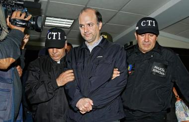 El exviceministro Gabriel García Morales tras ser detenido por personal del CTI.